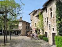 La place de la Halle, Pérouges - © Wikipedia
